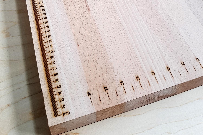 Maßbandgravur in Arbeitsplatte Buche